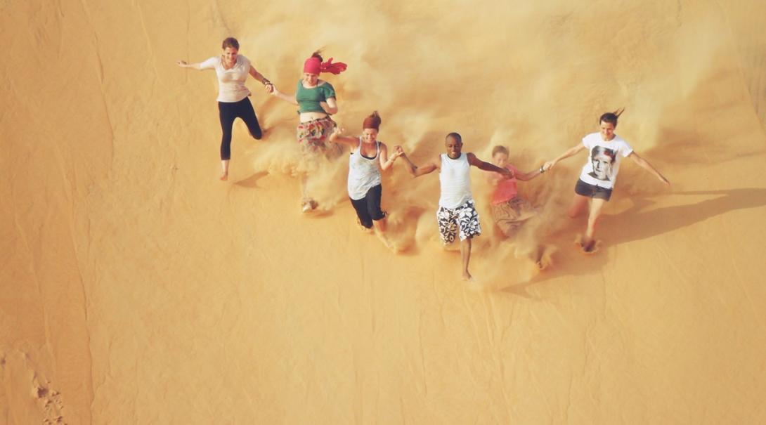 セネガルの砂漠を駆け下りる多国籍なボランティアたち